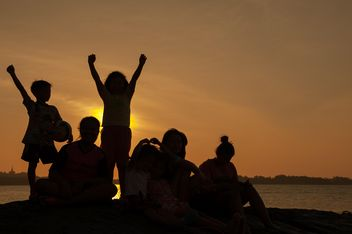 Children on a sea at subset - image #344081 gratis
