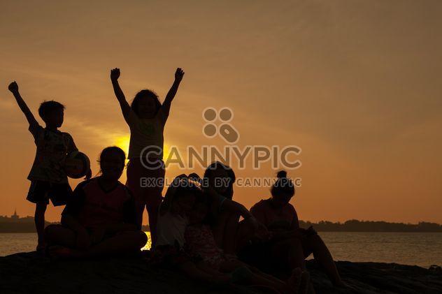 Enfants sur une mer au sous-ensemble - image gratuit(e) #344081