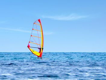 Windsurfer on sea under cloudless sky - image gratuit #344551