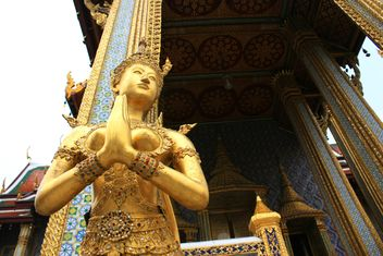 Gold statue at temple in bangkok, Thailand - бесплатный image #345061