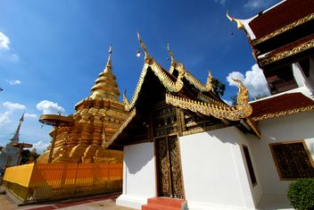 Thai temple under blue sky - бесплатный image #345091