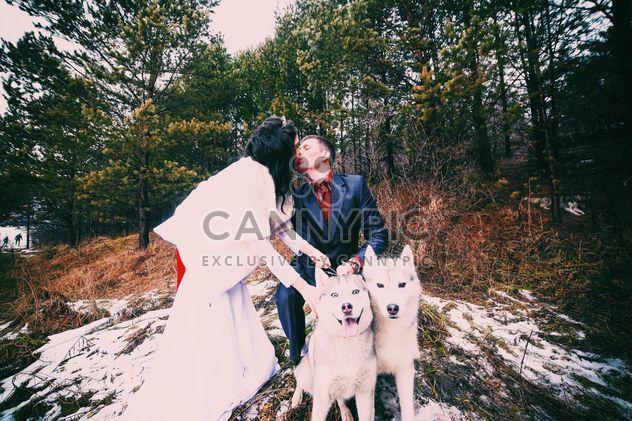 Feliz besos perros huskys y pares - image #345881 gratis