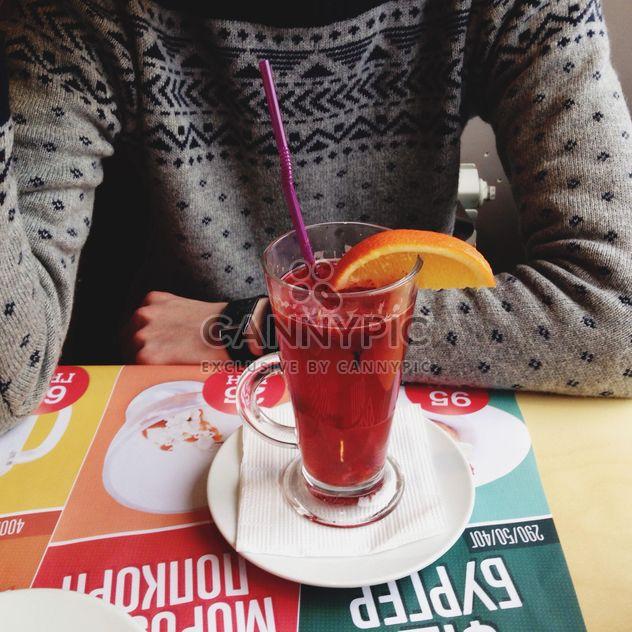 Person sitzt am Tisch mit leckeren Tee - Free image #345911