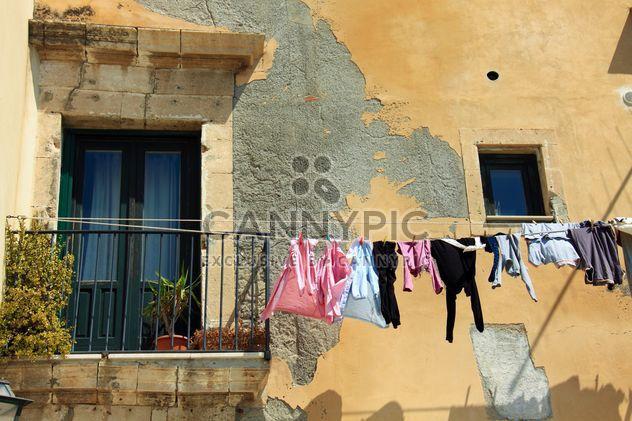 Прачечная висит на веревке вне дома - бесплатный image #346251