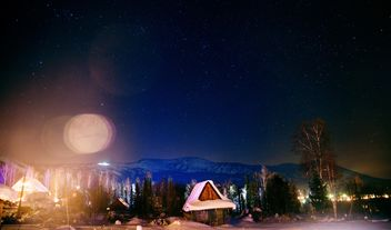 Wooden houses in mountains at night - бесплатный image #347181