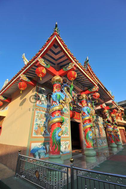 Templo tailandés en claro cielo azul - image #347211 gratis