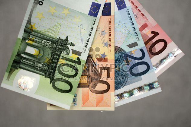 Closeup von Euro-Banknoten auf grauem Hintergrund - Kostenloses image #348391