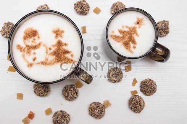 Две чашки кофе и конфет - бесплатный image #350321