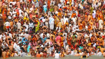 Bathing in Ganga river - бесплатный image #359161