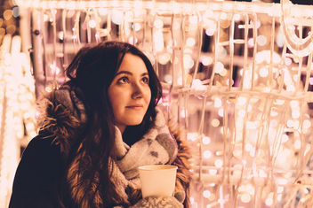 Christmas lights and girl holding coffee - бесплатный image #409681