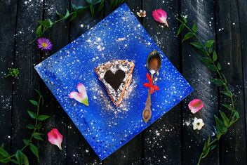 Piece of pie on blue plate - бесплатный image #136401
