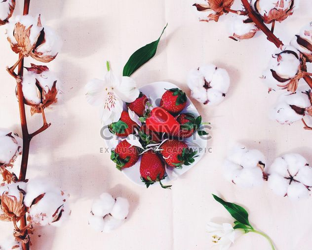 Strawberries and cotton flowers - Kostenloses image #136571