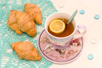 Cup of tea and croissants - image #182541 gratis