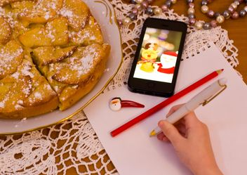 Apple pie and child writing on paper - бесплатный image #182601