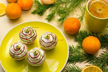 Christmas decorations, tangerines and fir branches - image #182621 gratis