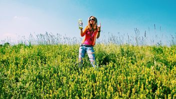 Girl in field of yellow flowers - image #183711 gratis