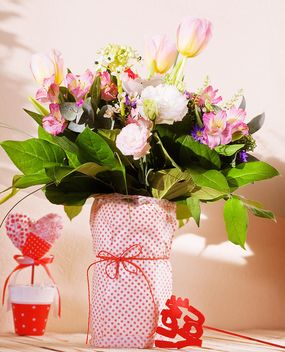 Bouquet of flowers in vase - image #184101 gratis