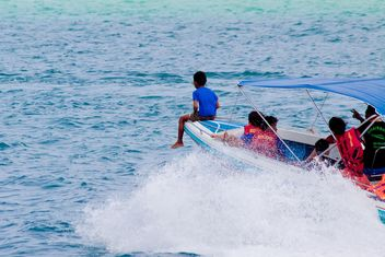 Children in speed boat - image #185651 gratis