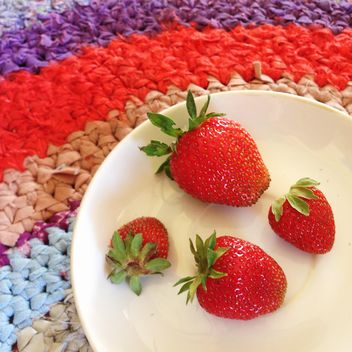 Strawberries on a plate - image gratuit #185991