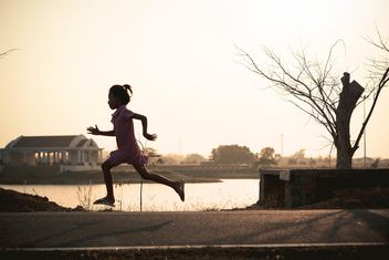 Girl running in park - image gratuit #186091