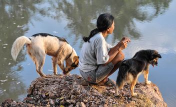 Woman with two dogs - image #186441 gratis