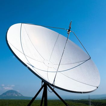 Satellite antenna under sky - image gratuit #186621