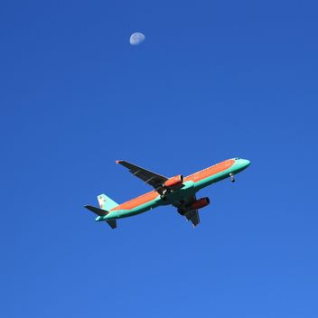 Airplane on background of sky - image #186651 gratis