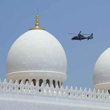 Domes of Sheikh Zayed Mosque and patrol helicopter - бесплатный image #186781
