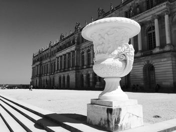 Antique vase in Versailles garden - бесплатный image #186851