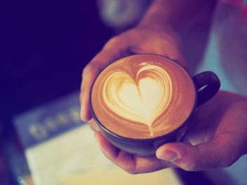 Latte coffee with heart drawing in hands - image #186901 gratis