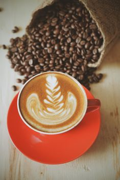 Cup of latte with art and coffee beans - бесплатный image #187111