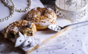 Christmas doughnut on the table - бесплатный image #187311