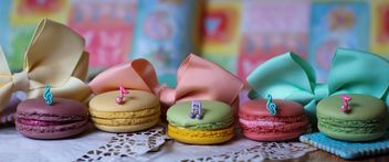 Colorful macaroons and cookies - Kostenloses image #187611