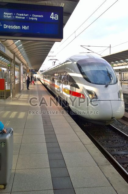 Fast German Train ICE arriving to Hannover Train Station (Haubtbahnhof) - image #187871 gratis
