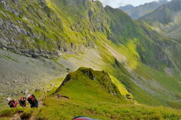 Beautiful view of Carpathians mountains,Tourist hiking on peak. - image #198161 gratis