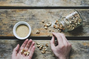 Hands and peeled walnuts - image #198461 gratis