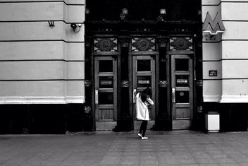 Girl at entrance to Moscow subway - image #200731 gratis