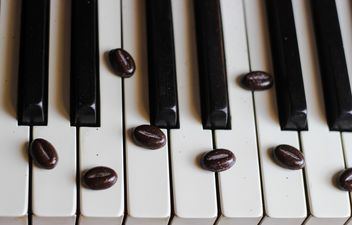 Coffee beans on piano - image gratuit #200931