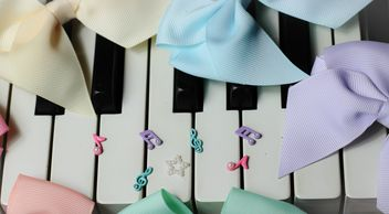 Bows Of Beads On The Piano - image gratuit #200981