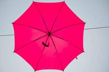 Red umbrella hanging - Kostenloses image #273081