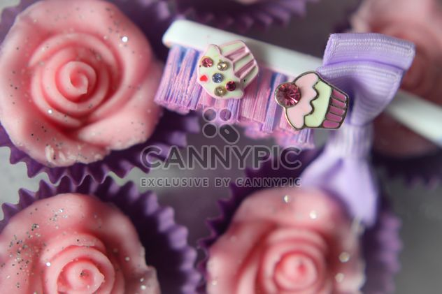 Toothbrush and cupcakes - image #273811 gratis