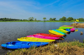 Colorful kayaks docked - image #301651 gratis