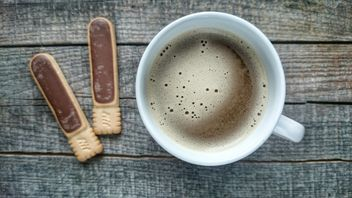 Coffee on wooden table - image gratuit #302291