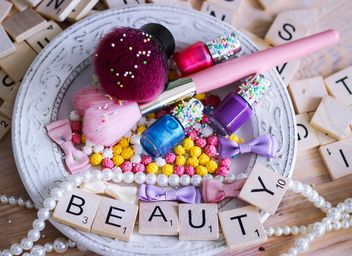 Pink makeup brush and pearls on a plate - бесплатный image #302511