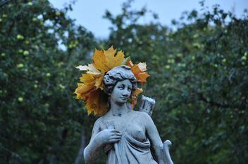 a wreath of maple leaves on the statue - image #304011 gratis
