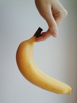 Hand with banana - image gratuit #304071