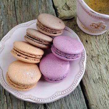Macaroons and cup of coffee - бесплатный image #329121