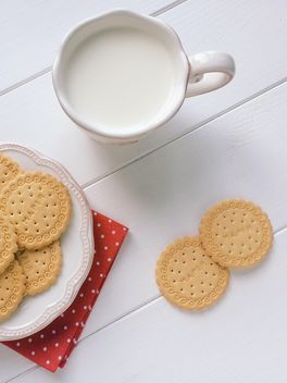 Cookies and cup of milk - Kostenloses image #329131