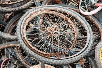 Old bicycle wheels - image #330381 gratis
