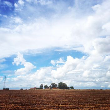 Field under cloudy sky - image gratuit #331521